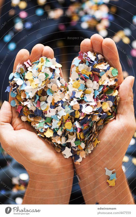 Konfetti Herz weiß Hand Freude Liebe Bewegung Spielen Glück Feste & Feiern träumen Raum Kindheit Geburtstag Dekoration & Verzierung Fröhlichkeit Papier Idee