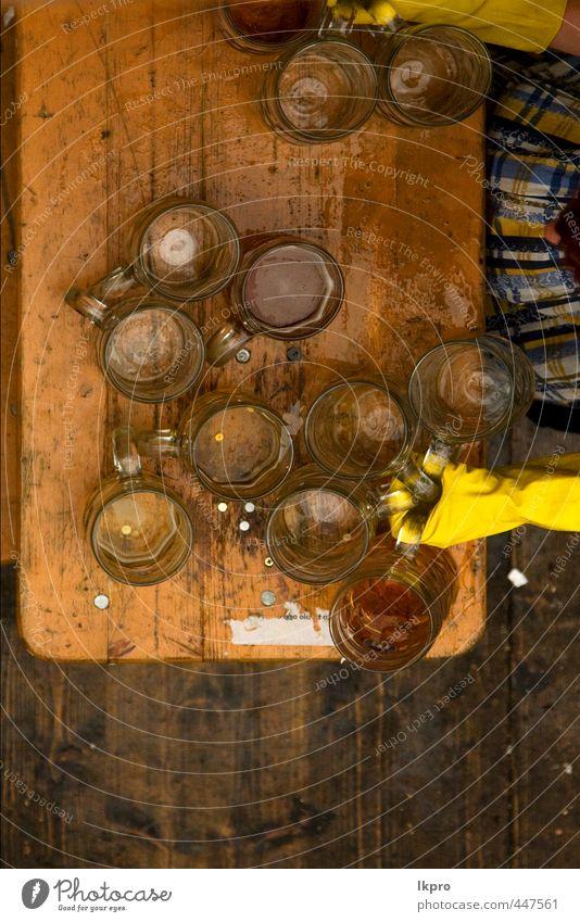 münchen oktoberfest holz und bier auf einer tischbank Bier Tisch Oktoberfest Arbeit & Erwerbstätigkeit Frau Erwachsene Hand Metall Linie dreckig blau gelb grau