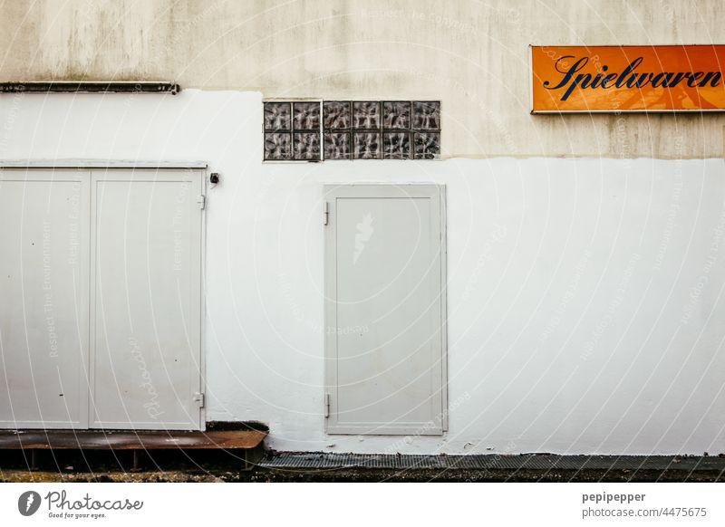 Hinterhof eines Spielwarenladens Spielen hinterhofidyll hinterhofidylle Außenaufnahme Haus Hof Fassade Menschenleer Altbau Gebäude Fenster Stahltüren Tür Wand