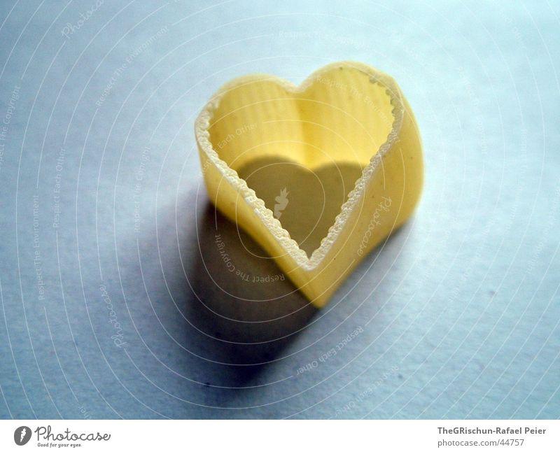 LOVE Liebe Teigwaren gelb Muttertag Schmetterlinge im Bauch Wunsch Liebeskummer Reinigen Herz heart Schatten blau inlove dream Makroaufnahme amore amur Nudeln