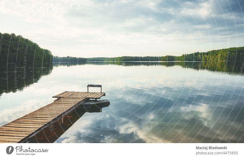 Holzsteg an einem ruhigen See, Polen. Natur Wasser Himmel Pier Horizont Reflexion & Spiegelung malerisch friedlich Windstille schön Landschaft Tag noch