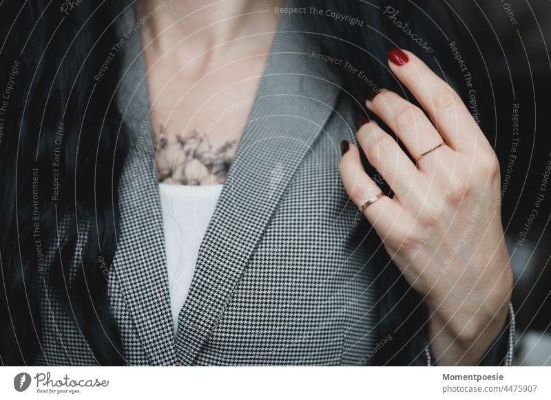 Frau Oberkörper Dekoltee Hand Nagellack Ringe rot schwarz schwarzhaarig Tattoo tätowiert schwarzweiß business blazer elegant seriös modern Stil Stilberatung