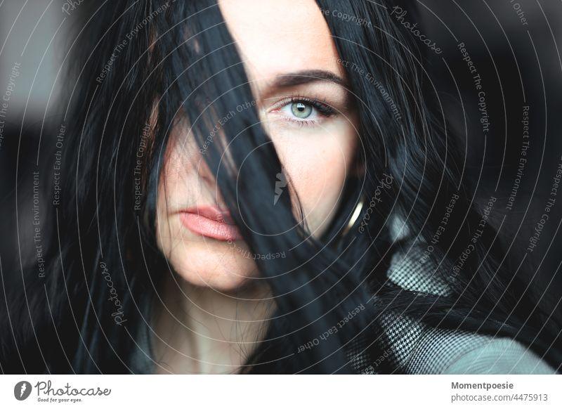 Frau schwarzhaarig grünes Auge grüne Augen beobachten geheimnisvoll Geheimnis Lippen Strähne Haarsträhne Gesicht Haare & Frisuren Porträt schön feminin Mensch