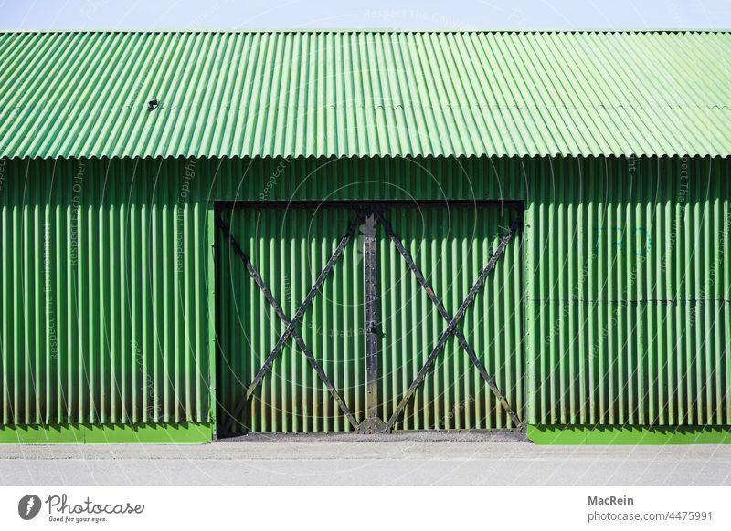 Grüne Wellblechhalle Bauwerk Architektur Halle Toreinfahrt Niemand Kein Mensch Aussenaufnahme Wellblechbaracke