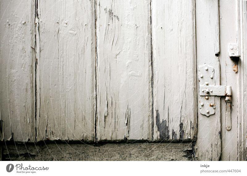 . alt Gefühle Stimmung Tür trist geschlossen Vergänglichkeit Verfall Scharnier Holztür Beschläge abgeplatzt Gartentor