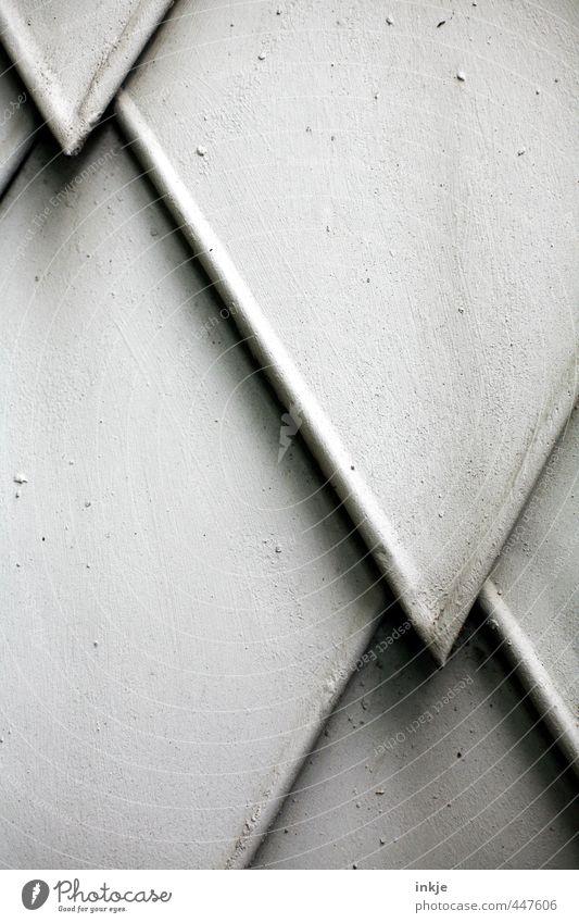 detail 7 Menschenleer Mauer Wand Fassade Linie Pfeil Spitze nah grau weiß überlagert Wetterschutz Schwarzweißfoto Außenaufnahme Nahaufnahme Detailaufnahme