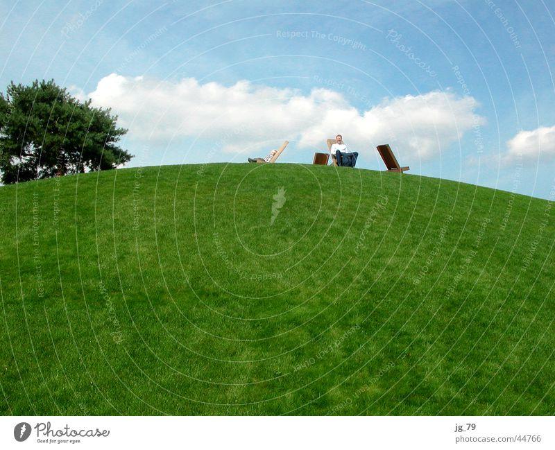 grün-blaues chillout Gras Hügel Wolken Erholung Pause Sommertag Autostadt Museum Wolfsburg Autoturm Mann Sitzgelegenheit Park Baum Schönes Wetter
