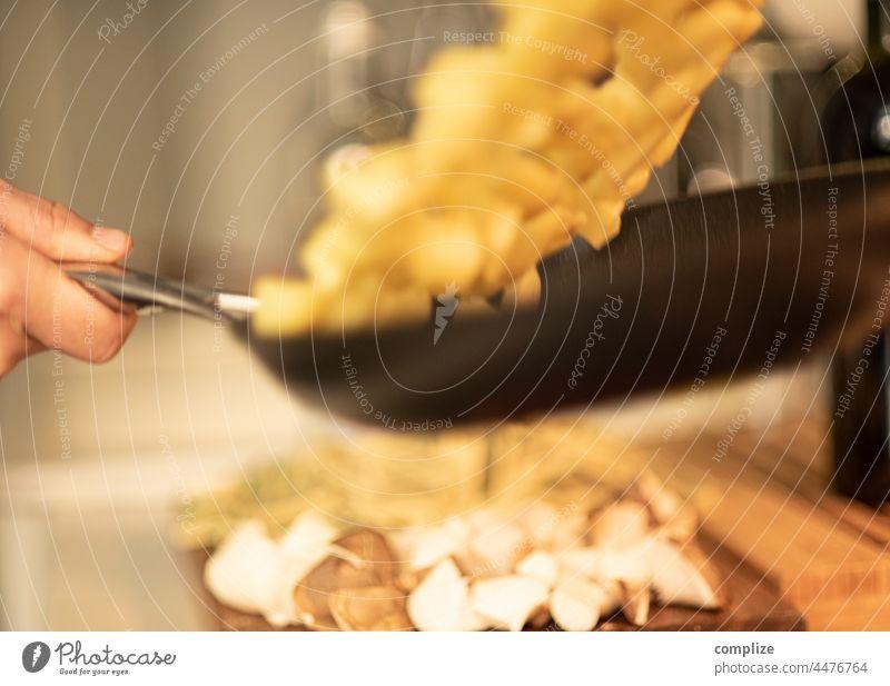 Bratkartoffeln in der Luft Kartoffeln Pfanne werfen Braten kochen Küche Koch Gastronomie zubereitung lecker