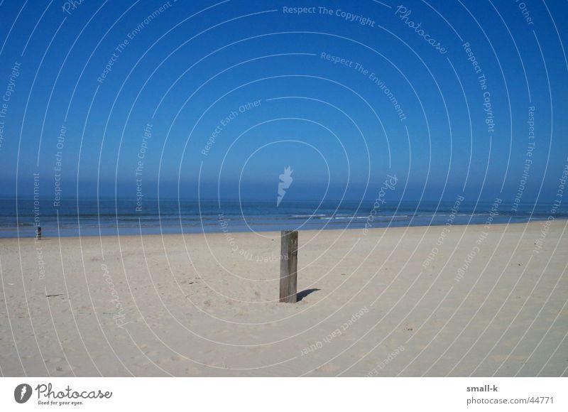 Strandimpression Meer Holz Niederlande Sommer ruhig Ferien & Urlaub & Reisen Sand Wasser Pfal Himmel Schönes Wetter Erholung Ferne blau