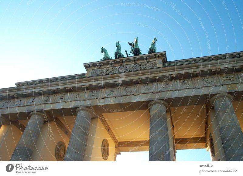 leuchtendes Brandenburger Tor Sonnenstrahlen Licht historisch Wiedervereinigung Berlin Lampe Himmel Architektur