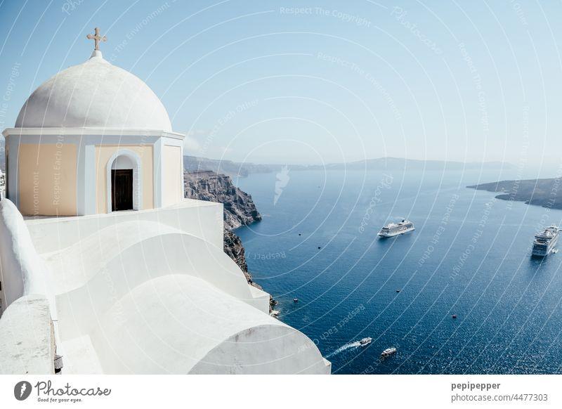Santorin mit Fährschiffen im Hintergrund Insel Inseln Inselkette Griechenland Meer blau Außenaufnahme Mittelmeer Kykladen Ägäis Farbfoto Menschenleer