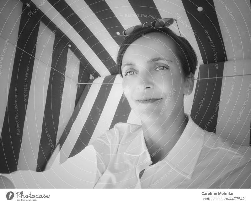 Zufrieden in die Welt blickend Porträt zufrieden Frau Lifestyle Draussen schauen Klick lächeln glücklich lachen Natur freizeit Erholung sportlich Meer Küste