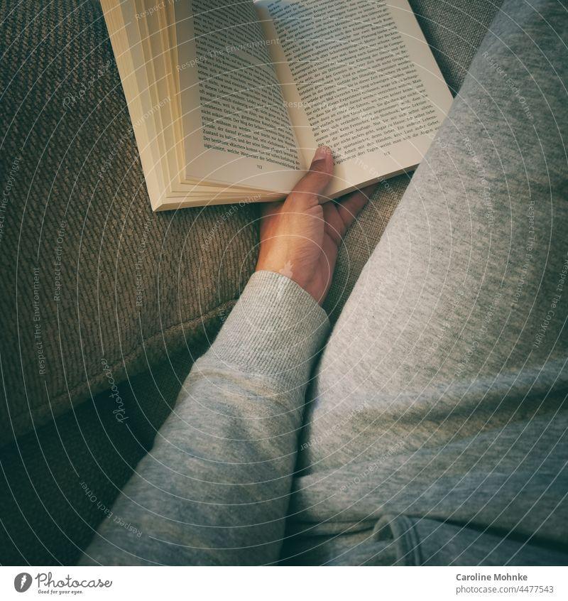Gemütlich ein Buch lesen Bücher gemütlich Gemütlichkeit Literatur Bildung Lesestoff Roman Wissen Studium lernen Bibliothek Weisheit Information Schule Papier
