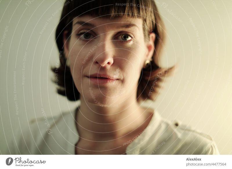 Junge Frau mit intensiven grünen Augen schaut  in die Kamera junge Frau schön schlank grünäugig Portrait Gesicht Frauengesicht Ausdruck Erwachsene natürlich