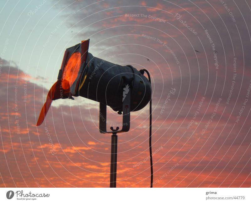 Erstes Licht am Morgen Sonnenaufgang Wolken Lampe Stimmung rot Handwerk Himmel Scheinwerfer