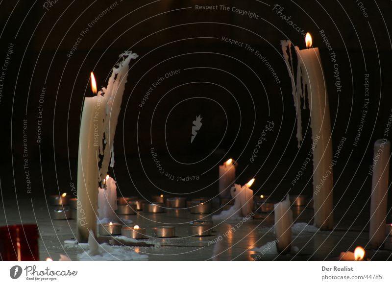 Der Bogen Kerze Stimmung Wachs Licht dunkel obskur Flamme