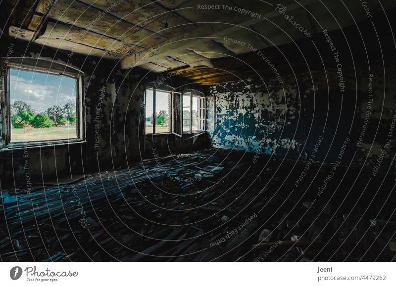 Lost Land Love | Die Zeit eingefroren Zimmer lost places lostplace allein dunkel gemalt verlassen verfallen Verfall Vergänglichkeit Vergangenheit Zahn der Zeit