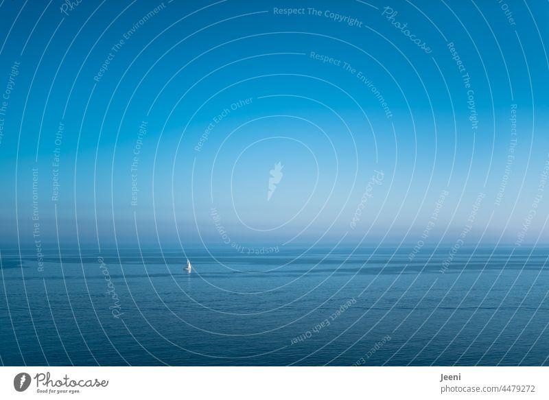 Das weite nebelige Meer und ein einsames Segelboot Weite Nebel Nebelschleier Ozean maritim Ostsee Boot Segelschiff klein groß blau riesig Segeln Wasser