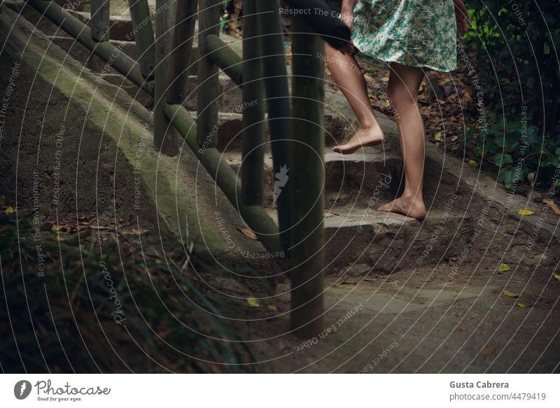 Nackte Füße erklimmen Steintreppen und Holzgeländer. Barfuß Leitern laufen Außenaufnahme Farbfoto konzeptionell Konzept Fuß