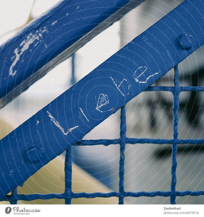 Liebe Schriftzug auf einem blauen Stahlgeländer eingeritzt Geländer Gitter Schriftzeichen Buchstaben Zeichen schräg Quadrat romantisch verewigt Erinnerung Paar