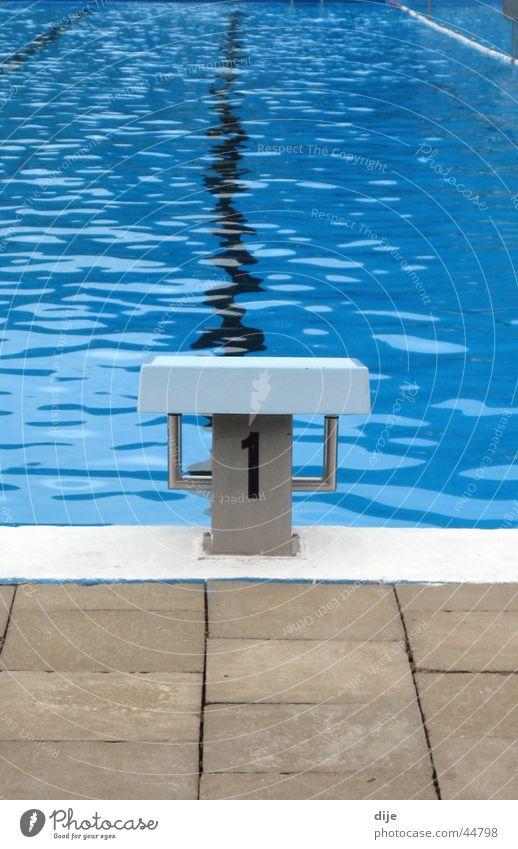 Auf drei ins kühle Nass Wasser blau Sommer Sport kalt 1 Wellen Eisenbahn Schwimmbad Startblock