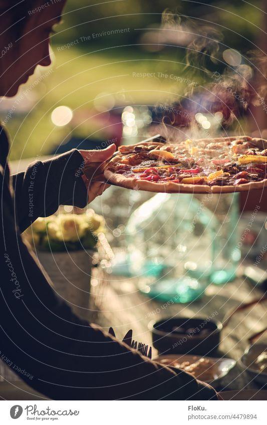 Pizza ist fertig Bedienung servieren Essen Mahlzeit heiß Abendessen lecker Lebensmittel Mittagessen Küche Italienisch frisch geschmackvoll Fastfood
