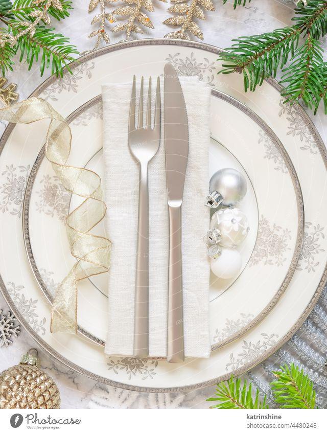 Festlich gedeckter Tisch mit Tannenzweigen und Weihnachtsschmuck Weihnachten Tischplatz Stubenschmuck Dekor Feiertag Neujahr Murmel weiß golden Textfreiraum
