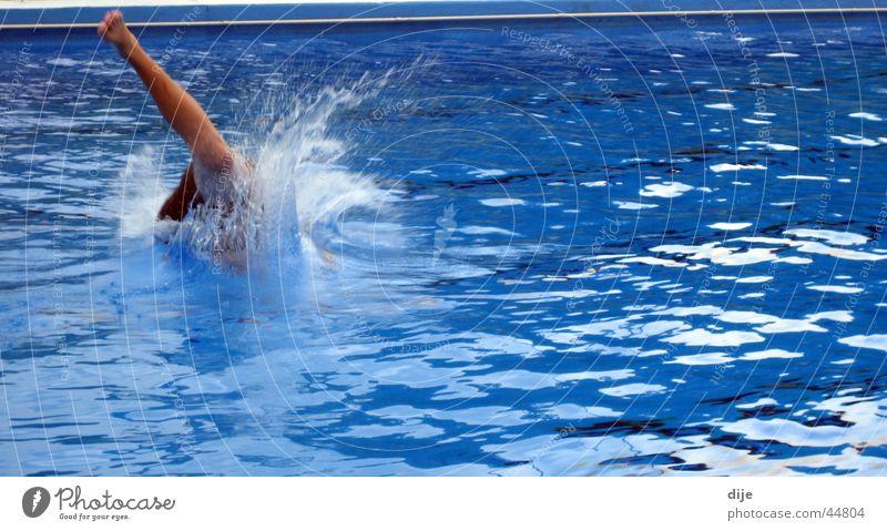 und tschüß ... Wasser blau Sport springen Schwimmbad Schwimmen & Baden spritzen