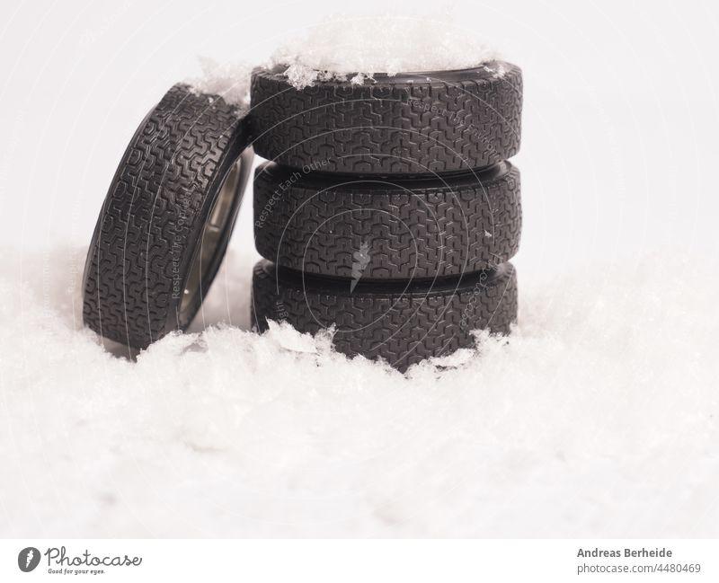 Winterreifen im Schnee gestapelt, Wintersaisonkonzept Reifen frieren Einfrieren Sicherheit Versicherung übrig Schneefall Pflicht Straße Wetter Schneeflocke