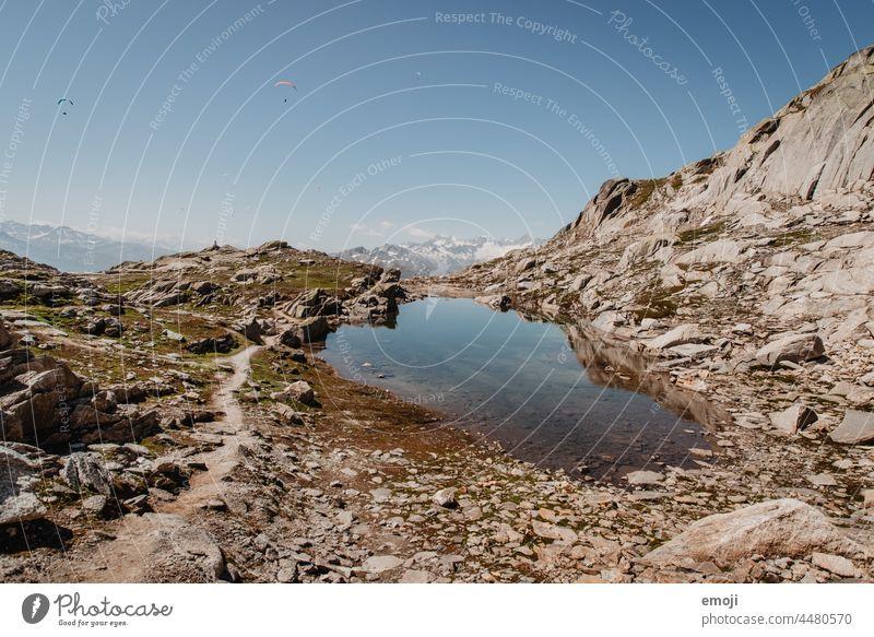 Bergsee auf dem Grimselpass Schweiz Natur wandern tourismus alpen wanderung schönes wetter sommer blauer himmel Berge u. Gebirge felsen bergsee Ausflug