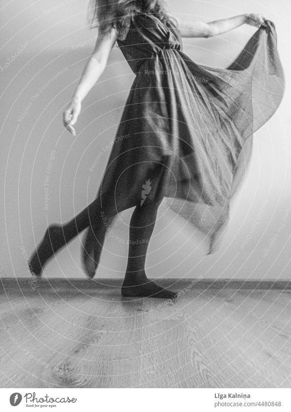 Frau tanzt in einem Kleid Junge Frau Jugendliche feminin Erwachsene Mensch Schwarzweißfoto schön anonym Körper angekleidet Bekleidung Stoff elegant dünn Tanzen