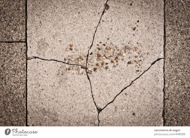 Alterungsprozess alt dunkel Straße Senior Wege & Pfade grau Stein außergewöhnlich Linie trist bedrohlich Vergänglichkeit einzigartig Bürgersteig Verfall