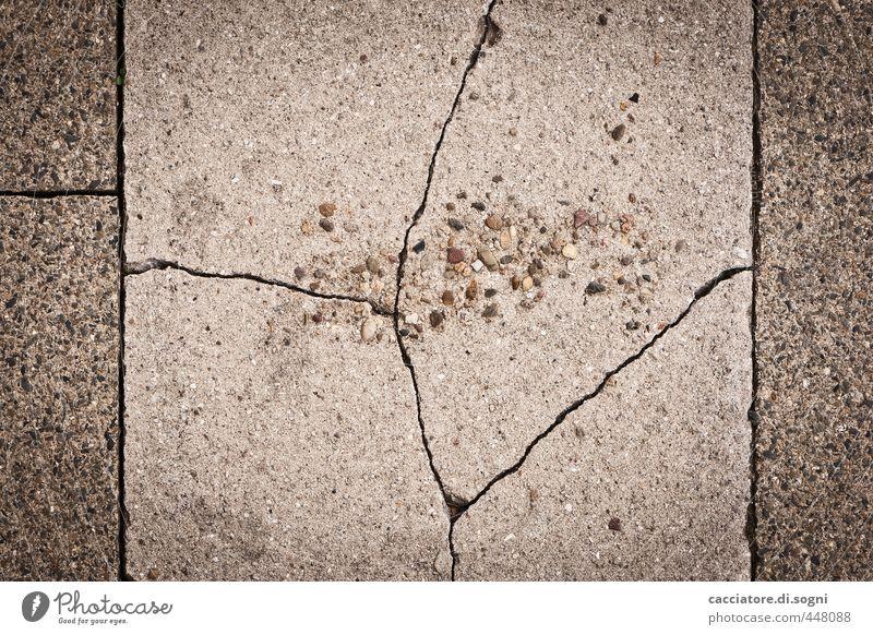 Alterungsprozess Verkehrswege Straße Wege & Pfade Bürgersteig Stein Linie alt außergewöhnlich bedrohlich dunkel trist grau sparsam Schmerz Platzangst