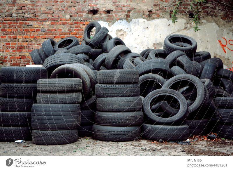 geordnetes durcheinander Altreifen Reifenstapel Gummi schwarz Reifenprofil Recycling Sommerreifen Handel Stapel abholbereit Ordnung entsorgen Winterreifen