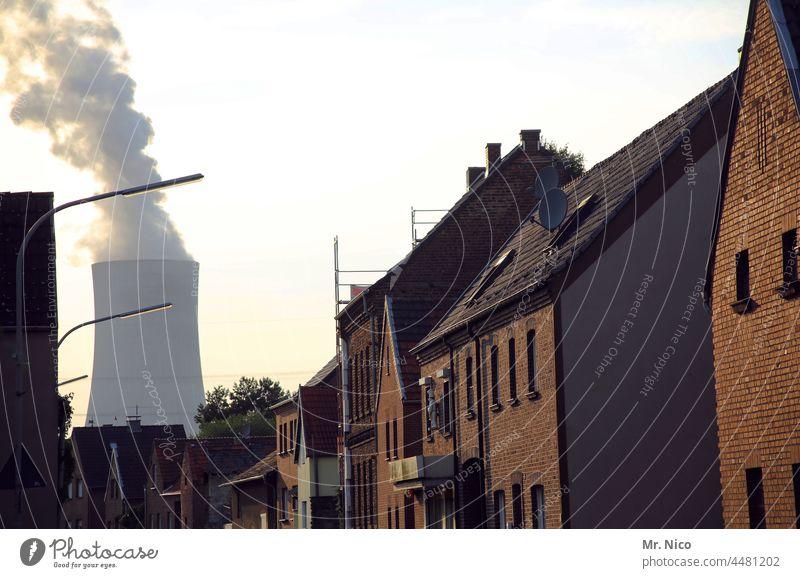Dorfidylle Kohlekraftwerk Klimawandel Umwelt Energiewirtschaft Industrie Umweltverschmutzung Kühlturm Wasserdampf Kraftwerk CO2-Ausstoß