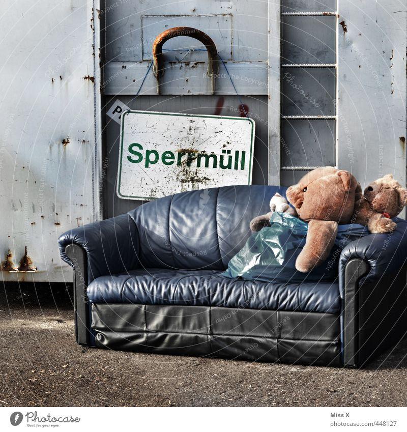 Warten aufs Ende Traurigkeit Stimmung warten Schilder & Markierungen Spielzeug Müll Zukunftsangst Sofa Sitzgelegenheit kuschlig Container Müllbehälter