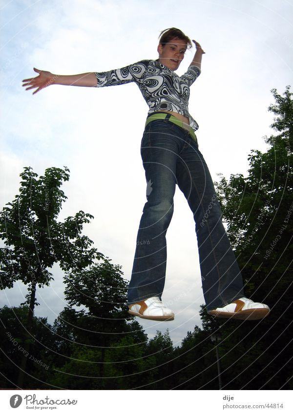 Balanceakt auf einem imaginären Schwebebalken Himmel blau Baum Wolken springen üben Balken Extremsport