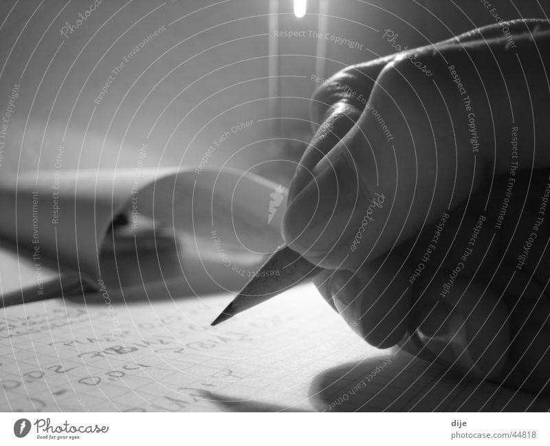 Nur üben macht den Meister Schreibstift Hand Papier Lampe schwarz weiß Wissenschaften rechnen Zettel Zeitschrift Schreibtisch Makroaufnahme