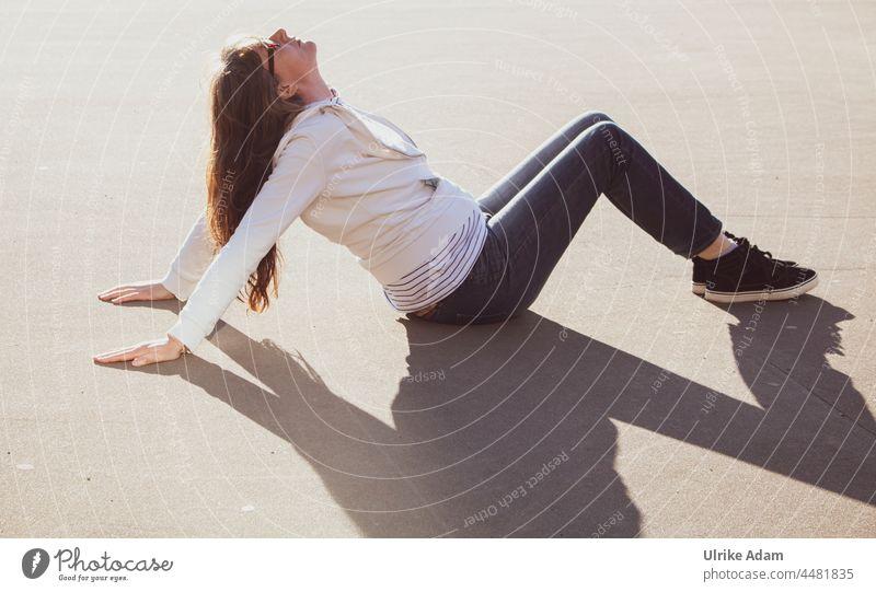 UT Teufelsmoor 2021- Sonnenbaden und Yoga mitten in Bremen Frau Outdoor Turnen Gymnastik Fitness sportlich Mensch Körperhaltung Sport Erwachsene Gleichgewicht