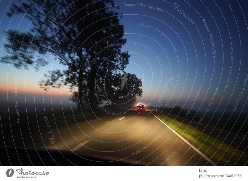 UT Teufelsmoor l Straße zum Moor Autofahren Verkehr Geschwindigkeit Morgendämmerung Straßenverkehr Verkehrswege Außenaufnahme Bewegungsunschärfe Mobilität
