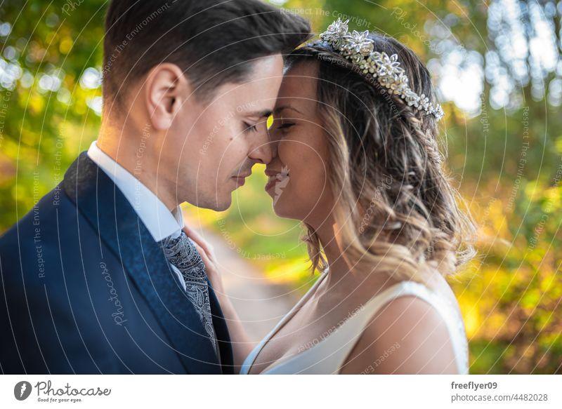 Porträt eines frisch verheirateten Paares Hochzeit Ehemann Ehefrau Bekleidung Liebe Textfreiraum Kuss heterosexuell Braut striegeln Wald Baum Sonnenuntergang