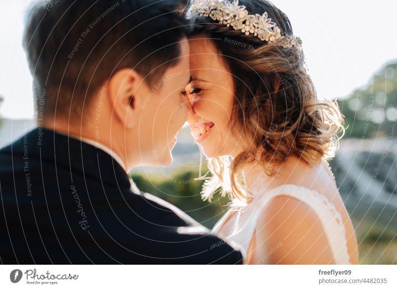 Porträt eines frisch verheirateten Paares auf einem Komplizenlächeln Hochzeit Ehemann Ehefrau Liebe Textfreiraum Krone Glück Lächeln heterosexuell Braut
