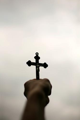 Gott hat Dich allein gelassen? / heul doch! Lifestyle Mensch Frau Erwachsene Mann Jugendliche Leben Hand 1 Christliches Kreuz festhalten dunkel oben Gefühle