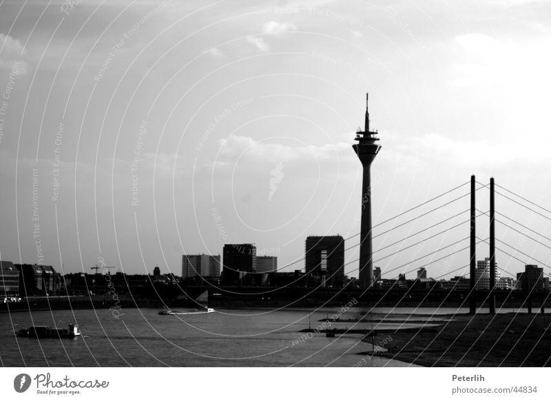 port et pont schwarz weiß Wasserfahrzeug Wiese Strand Europa Düsseldorf Brücke Hafen Skyline Rhein Fernsehturm