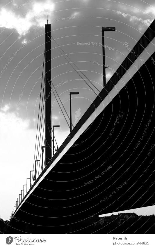Sous le pont unten schwarz weiß dunkel Lampe Laterne Wolken Oberkasseler Brücke Düsseldorf