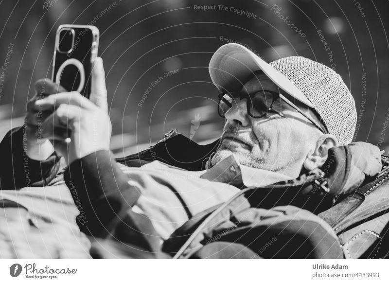 UT Teufelsmoor 2021 - ...sich einen faulen schönen Le(=ä)nz machen ;-) Mann Handy Schwarzweißfoto cappy Brille relaxen erholen Pause machen ausruhen liegen