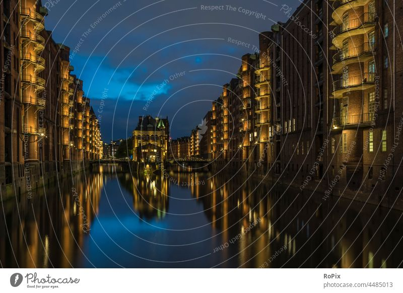 Blaue Stunde in der Hamburger Speicherstadt. Hafen Lagerhaus storehouse Kanal urban Elbe Brücke Gebäude Architektur Fluss Nacht Licht Ebbe Fleetschlösschen