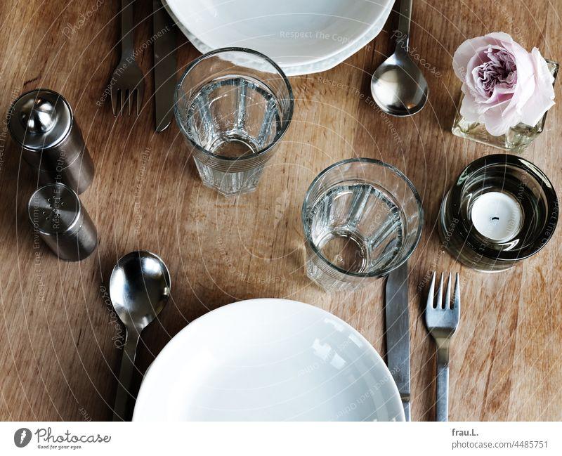Gedeckter Tisch Teelicht Essen Besteck Teller Rose Glas Wasserglas Gläser Pfeffermühle Salzstreuer Vase Abendessen Messer Gabel Löffel Holztisch