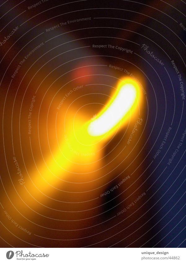 Licht tanken Batterie gelb Nacht dunkel Design Leichtigkeit energiegeladen Fototechnik Ladengeschäft netzteil Kreativität neu potential d