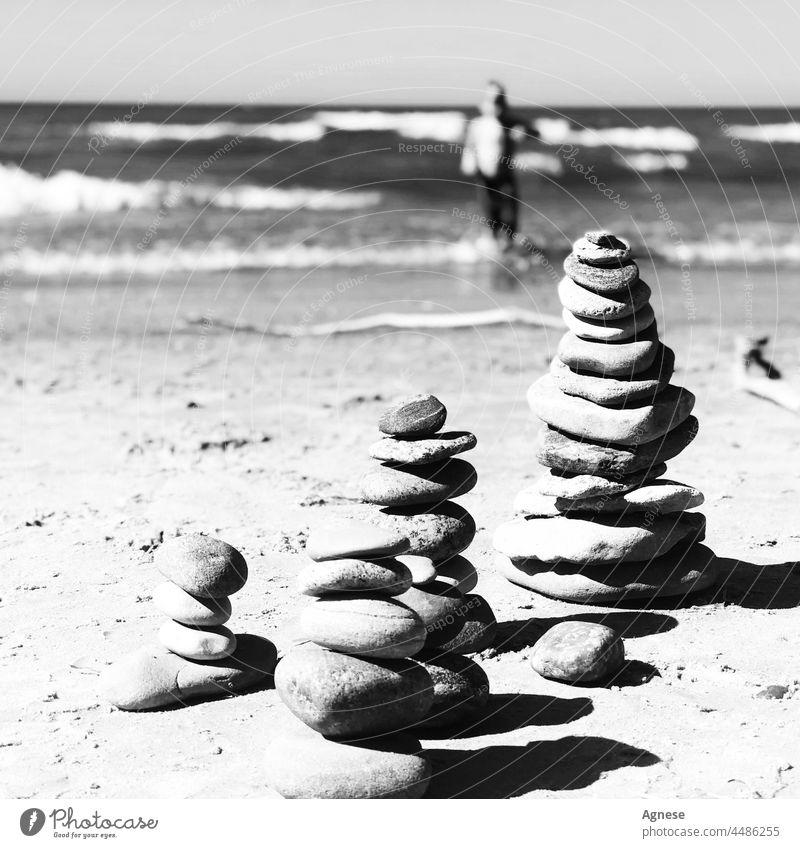 Steinturm und Meer Steine MEER Strand Turm Meditation landart Schwimmsport Schwimmer Junge Felsen Wasser Schwarzweißfoto Natur Gleichgewicht Harmonie